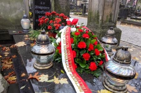 Kwiaty od Prezydenta na grobie Zbigniewa Herberta.