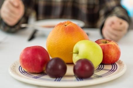 Zbyt późne jedzenie nie wychodzi nam na zdrowie.