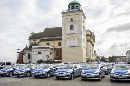 Warszawa. Policjanci będą patrolować miasto w nowych samochodach.