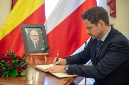 Warszawa. Księga kondolencyjna po śmierci prezydenta Pawła Adamowicza.