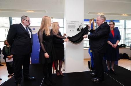 W Brukseli część budynku Komitetu Regionów nazwana imieniem Pawła Adamowicza.