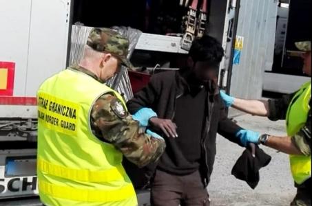 Afgańczycy ukryci w naczepie ciężarówki nielegalnie przyjechali do Polski.