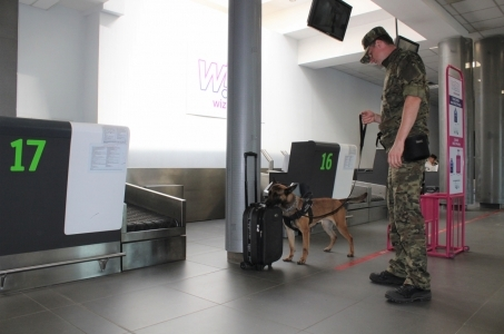 Straż Graniczna apeluje - pamiętaj o swoim bagażu lecąc na wakacje!