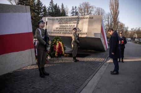 Prezydent Rafał Trzaskowski oddał hołd ofiarom tragedii smoleńskiej.