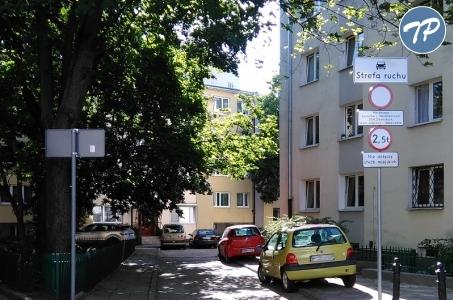 Warszawa. Od dziś nowe zasady parkowania na śródmiejskich podwórkach - ruszył pilotaż programu.
