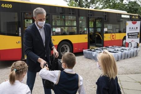 Warszawa. Miejskie autobusy przekazały sto wyprawek szkolnych.