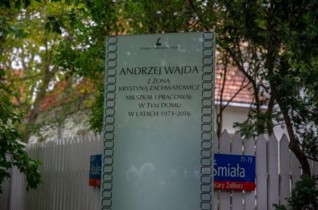 Warszawa. Pamiątkowa tablica Andrzeja Wajdy.