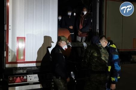 14 Afgańczyków ukrytych w pojeździe ciężarowym.
