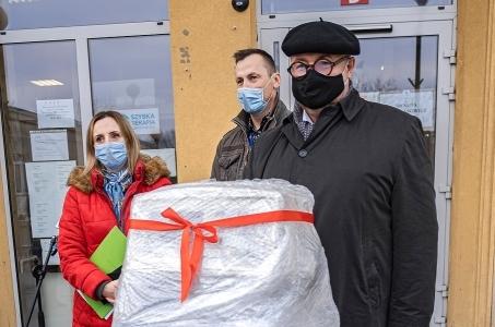 Warszawa. Restaurator Artur Jarczyński ufundował respirator dla Szpitala Bielańskiego.