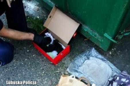 Wyrzucone do śmieci skazane były na śmierć. Szczenięta życie zawdzięczają policjantom.